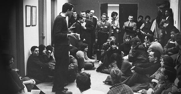 Sanders habla ante miembros de su organización antirracista en la Universidad de Chicago en 1962.